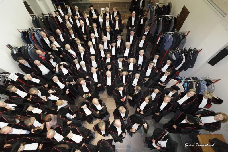 Opening academisch jaar RUN met de nieuwe rector prof van Krieken, sprekers Timo Hieselaar , Aleid Truijens en op viola da Gamba Ralph Rousseau . Nijmegen, 29-8-2016 .