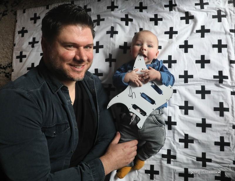 Martijn Bach heeft een zoon gekregen die de naam Fender Toto Bach . Nijmegen, 3-11-2016 .