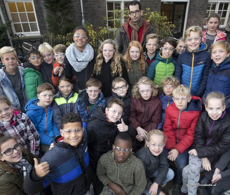 scholieren krijgen beschermbril voor vuurwerk. De Muze. Nijmegen, 17-11-2016 .