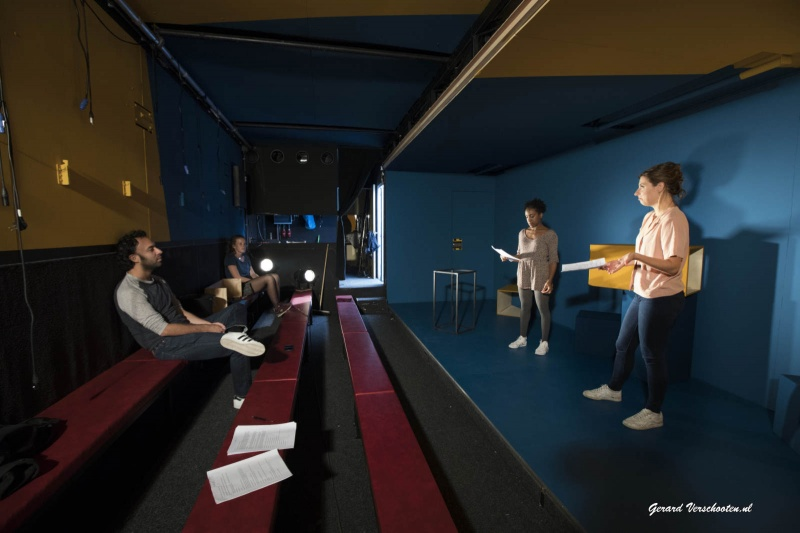 Kwatta repeteert momenteel voor de nieuwe voorstelling Sneeuwvlinders. Graag foto's van de repetities in het Badhuis. Daarnaast graag een los portretje van regisseur Eran Ben Micha?l. Nijmegen, 22-9-2016 .