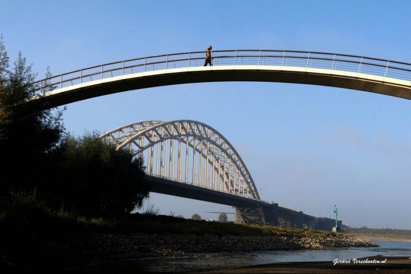 Laag water in de Waal. Mooi weer en bruggen. Onder de ooijpoortbrug, Wiebelbrug. Nijmegen, 23-10-2016 .