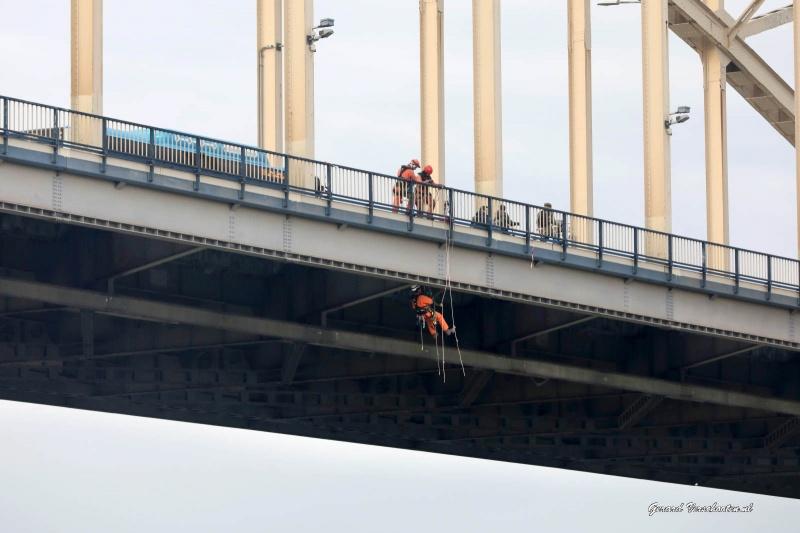 Alpinisten onderde Waalbrug. Nijmegen, 8-12-2016 .