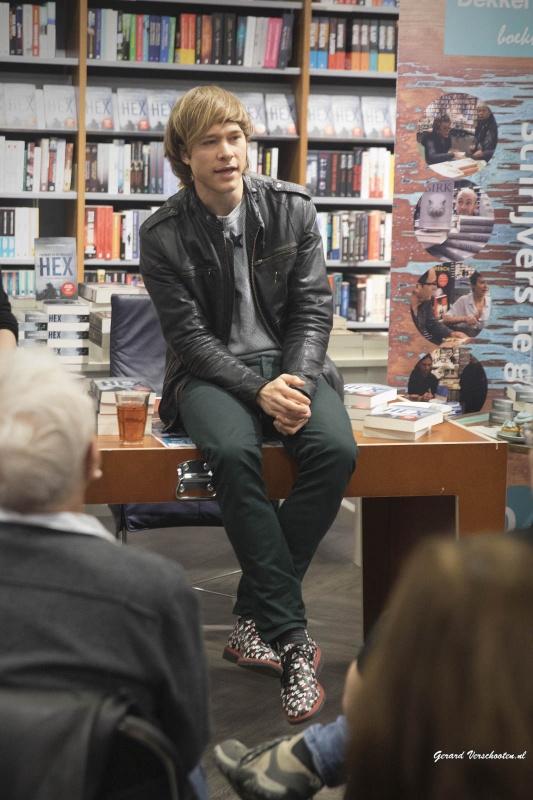 Thomas Olde Heuvelt vertelt en signeert zijn boek HEX bij Dekker vd Veght. Nijmegen, 10-12-2016 .