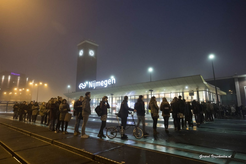 Wachten op de bus naar Arnhem, Treinstoring NS op station Nijmegen, lange rijen.. Nijmegen, 12-12-2016 .