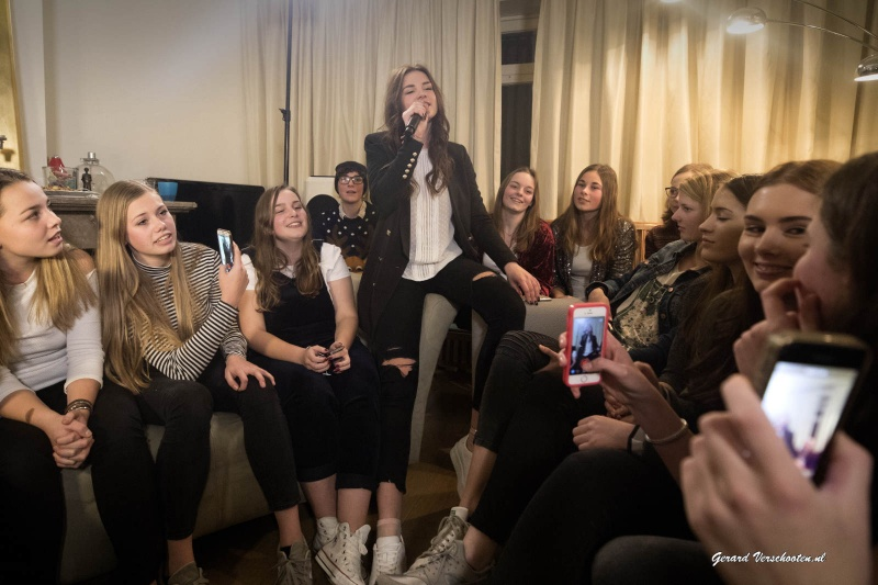 16-jarige Sem wordt verrast met een huiskamerconcert van zangeres Maan, winnares van The Voice 2015. Nijmegen, 5-12-2016 .