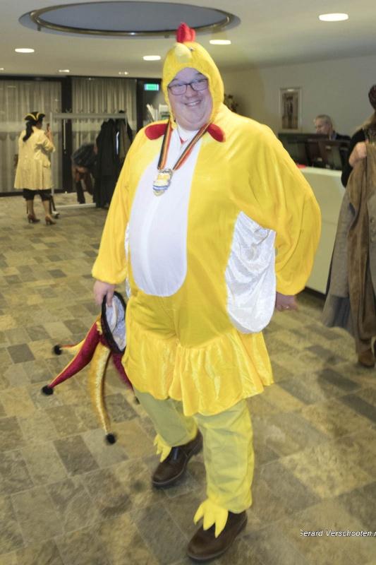 Burgemeester en wethouder vieren carnaval, Bruls als kip, Frings als kikker, van Hees als hond, Thiemens als Staphorstermeisje en de gemeentesecretaris als struisvogel. Nijmegen, 25-2-2017 .