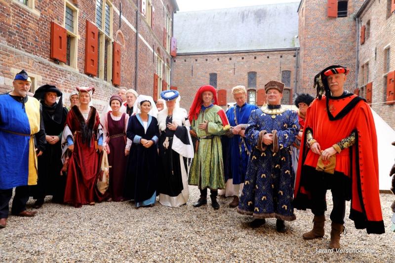 Op kasteel Hernen vindt de derde editie van de Middeleeuwse markt plaats.Hele familie van Limburg gebroeders kwam op bezoek met vogels ed., 1-10-2017 .