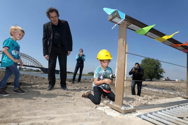 Door losschroeven van plankje onthult 7 jarige de naam vam bruggetje in de Stadsw waard, 't Zeumplankje. Nijmegen, 10-5-2017 .