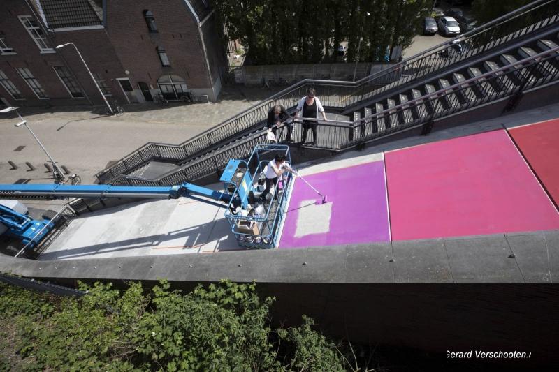 Carla Dijs druk bezig met beschilderen vlak voormalige roltrap. Nijmegen, 15-5-2017 .