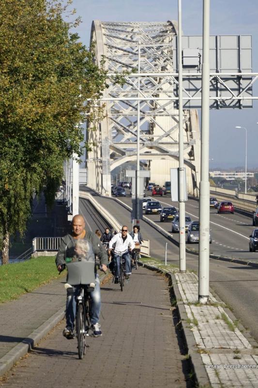 Trajanusplein, Waalbrug, fietsers. Nijmegen, 15-10-2017 .