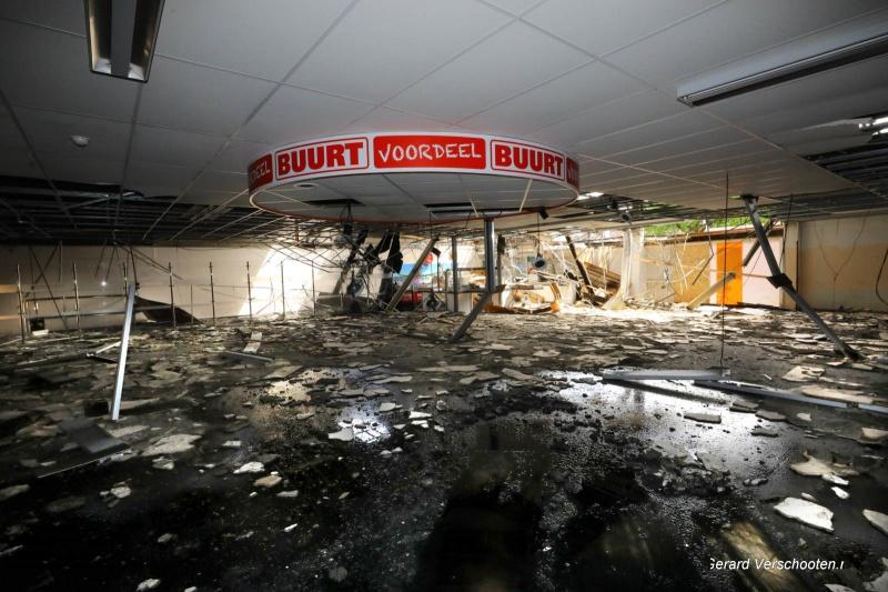 In de uitgebrande Spar, Wezenhof word asbest verwijderd. Via een sluis gaat medewerker naar ketelhuis waar asbest in het plafond zit. Nijmegen, 16-5-2017 .