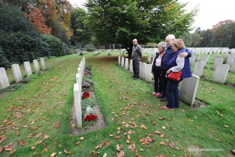 Bloemlegging Engelse begraafplaats Jonckerbosch door Carolyn, Rosemary en Bob bij hun onlans gelocaliseerde oom Wilfred Jeavons. Nijmegen, 17-10-2017 .