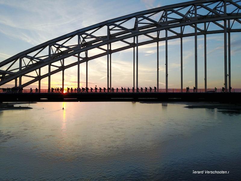 Waalbrug met vierdaagselopers. Nijmegen, 18-7-2017 .