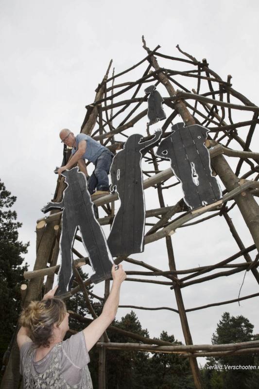 Kunstenaars Meg Merx en Rob Verwer bouwen een toren van Babel in museumpark Ori?ntalis. Nijmegen, 24-5-2017 .