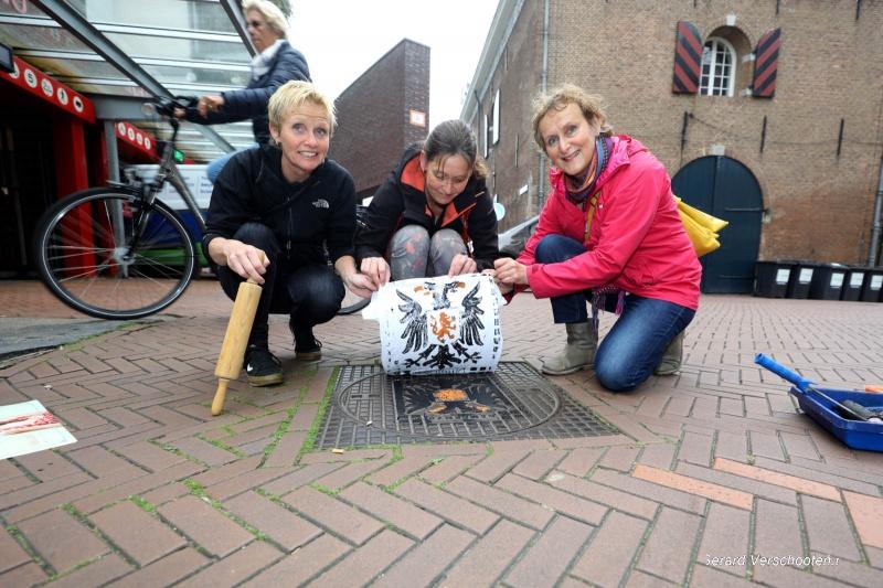 Zeefdrukken vanaf putdeksels in de stad. Nijmegen, 25-9-2017 .