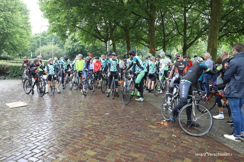 Emotioneel treffen en 1 minuut stilte voorafgaand aan de fietstoertocht dooroa.  de fietsclub Kelme ter ere van de overleden fietster Iris Schreurs zaterdag jl. . Nijmegen, 25-7-2017 .