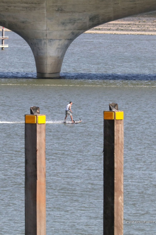 motorsurfer op het water Spiegelwaal, mooi weer!. Nijmegen, 30-3-2017 .