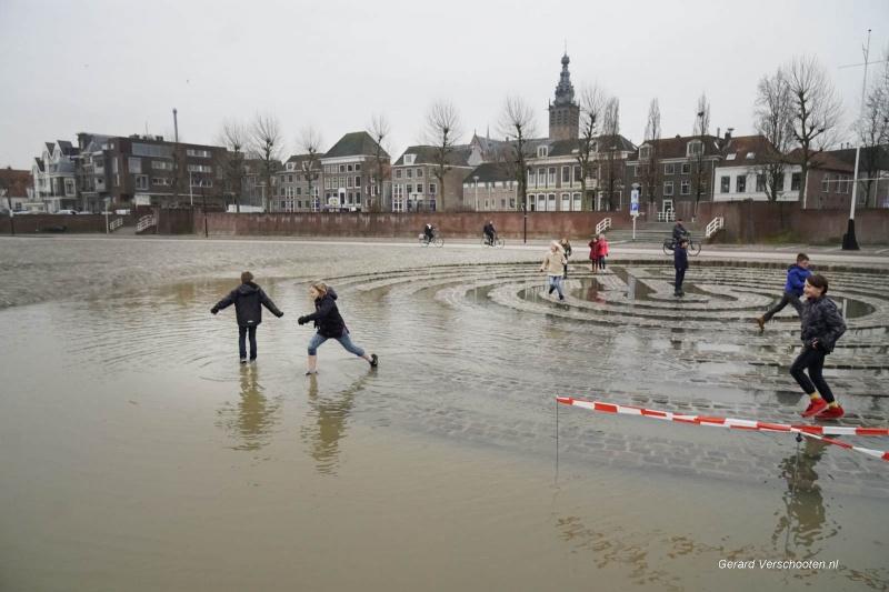 Kinderen Perus Canisiusschoolgingen naar het hoog water kijken.. Nijmegen, 9-1-2018 .