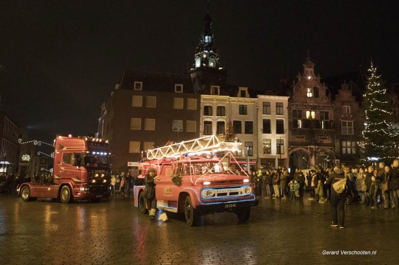 verlichte truckersoptocht, en door Nanne gevolgde jongen. Nijmegen, 23-12-2017 .