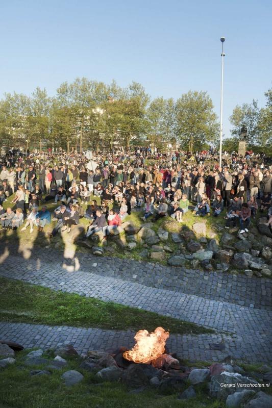 4 mei kranslegging, drukte. Nijmegen, 4-5-2018 .
