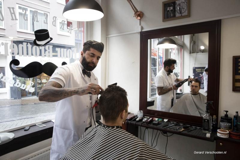 kapper Roman bij Four Barbers op Stike Hezelstraat. Nijmegen, 6-4-2018 .