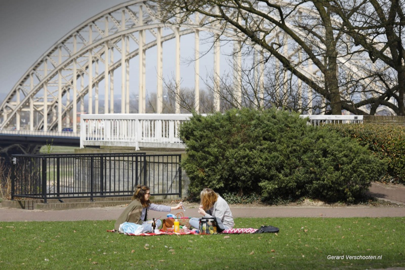Mooi weer, Valkhofpark, markt, Lents strand, Commanderie, Grote Markt, Oranjesingel(motor), Kronenburgpark met watervalletje.. . Nijmegen, 7-4-2018 .