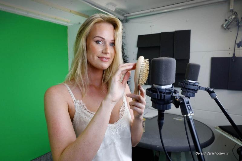 Isabel Meijering is fluistervlogger en maakt zogeheten asmr-video's. Dat zijn video's waarbij ze heel zacht praat, bepaalde geluiden maakt, die een relaxt gevoel moeten geven. Is internationaal succesvol hiermee, . Nijmegen, 7-5-2018 .