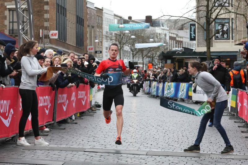 Stevensloop 10 km met lopers, start, finish, vd Wielen, vrouwenfin ish. Nijmegen, 18-3-2018 .