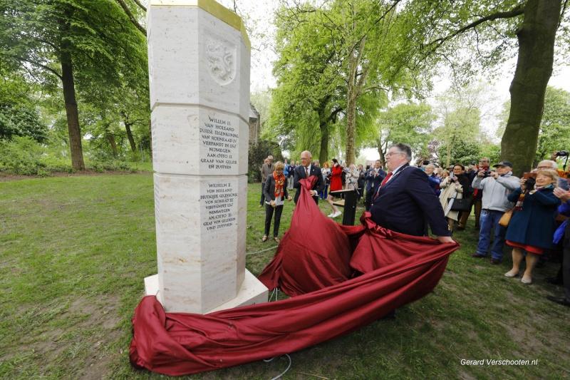 onthulling van de nieuwe Stauferstele. Een monument dat herinnert aan het belang van het keizerlijk geslacht Hohenstaufen voor Nijmegen.. Nijmegen, 28-4-2018 .
