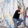 "\""Nijmegen, 21-6-2012 . Kunstenaar Marco van der Bol bespuit (graffiti) wand om bouwput Doornroosje bij busstation\"""