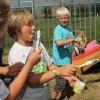 Kinderdorp in de Betuwe, Een kunstschilder heeft een snor nodig. Valburg, 6-8-2013 . dgfoto.