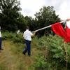 Ontruiming Hoge Hoenderberg, politie haalt krakersvlag weg, Groesbeek, 8-8-2013 . dgfoto.