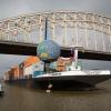 De Wereldbol die ruim 14 dagen in de Waal bij de Waalbrug gelegen heeft, wordt op een 115 meter lang containerschip getakeld. De bol, gemaakt van 6000 flesjes zwerfvuil maakt een reis door Nederland om aandacht te vragen voor zwerfvuil. Gaat nu naar Dordrecht. Nijmegen, 31-7-2013 . dgfoto.