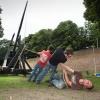 Bemanning trebuchet spant de katapult voor de eerste keer. plaatsing trebuchet, katapult in Hunnerpark. Nijmegen, 22-8-2013 . dgfoto.