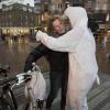 Knuffelen met knuffelbeer  (die in het kader van wereldaidsdag) mensen knuffelen op straat. . Nijmegen, 4-12-2013 . dgfoto.