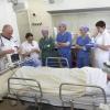 Hartcentrum van het Radboud,  de overdracht van de patient vanuit de operatiekamer door de chirurg Verhagen, (4de van links) naar de intensivist dr. Heunks( Links). . Nijmegen, 30-1-2014 . dgfoto.