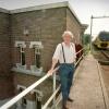 Theo Elfrink voor spoorbruggebouwtje waar fietspad doorheen zal gaanred Nijmfoto: Gerard Verschooten 25-8-1997