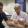 Roeland Verwegen heeft bijzondere ok gehad, Hij heeft twee tenen op de plaats van 2 vingers gekregen, met fysioth. marijke tolsma . Nijmegen, 10-7-2014 . dgfoto.