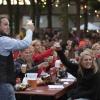 De introductie doet deze avond voor het eerst een cantus. Zo'n 1.000 tot 2.000 studetnten aan tafels op het plein zingen liedjes en drinken. Burgemeester Bruls komt ook,  . Nijmegen, 19-8-2014 . dgfoto.