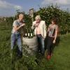 wijngaard De Plak Ketelstraat 36. Nieuwe cursus wijn verbouwen. Jomaris Giesbers is van Linnarzt en gaat een cursus wijn verbouwen in zijn pakket opnemen. , 11-9-2014 . dgfoto.