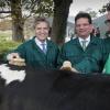 Sybrand Buma helpt de plaatselijke CDA-campagne op de boerderijcamping van Theo Langeveldt, Groesbeek , 3-11-2014 . dgfoto.