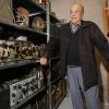 Het Bevrijdingsmuseum heeft een verzameling radio-apparatuur gekregen dat in oude bommenwerpers e.d. zat. Een oude man (weet zijn naam nog niet) schenkt dit, omdat hij kleiner gaat wonen. Collega Stef Heijltjes spreekt met de schenker en het museum. Groesbeek, 1-10-2015 . dgfoto.