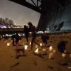 Onder de Waalbrug werden kaarsjes aangestoken voor alle vluchtelingen en de slachtoffers van de aaanslagen in Parijs. Nijmegen, 14-11-2015 .