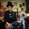 De 12-jarige Meryn Bevelander heeft zijn eigen bluesband: De Meryn Bevelander Band. . Nijmegen, 29-10-2015 .