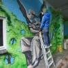 In het tunneltje van de straat Houthof in het centrum van Nijmegen, maakt schilder Robert Jan Brink een muurschildering. Nijmegen, 10-12-2015 .