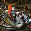 Cor Jansen in zijn zelfgebouwde simulator. Het is een virtual reality attractie dat uniek heet te zijn in de wereld. Ingang naar Mechamania . Nijmegen, 14-4-2016 .
