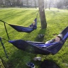 Sam Peters en Mah Munno( gele pet) , 2 jongens uit Chicago ie in Nijmegen studeren genieten van het laatste mooei weer in een hangmat in het Kronenburgpark.. Nijmegen, 17-12-2015 .