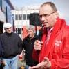 Actie bij slachterij Hilckmann, -werknemers die worden toegesproken door FNV-voorzitter Ton Heerts. Ook wethouder Tankir van Nijmegen is aanwezig.. Nijmegen, 30-3-2016 .
