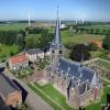 Netterden waarbij de kerk prominent in beeld komt. Liefst zo fotograferen dat op de achtergrond ook wat windmolens zijn, 24-8-2016 .