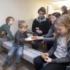 In het Van 't Lindehoutmuseum is een expo over de oorlog, vooral eten in de oorlog, bloembollenkoekjes enzo. Vince weet wwelk kind bij welk verhaal. Nijmegen, 5-3-2017 .